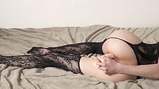 Горячая Лиза Шульц мастурбирует со своим дилдо.