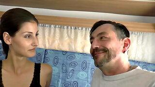 Dieter fickt die kleine Hure mitten in Berlin im Wohnwagen